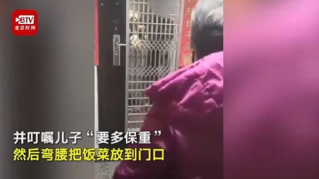 媽媽春節送飯給兒子,卻只能隔著門說話 (圖/翻攝自北京時間)
