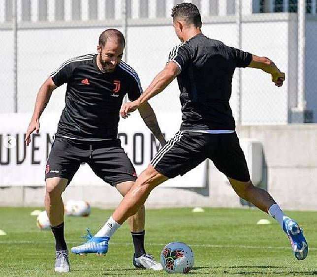 Gonzalo Higuain dan Cristiano Ronaldo dalam latihan Juventus. (instagram/@juventus)