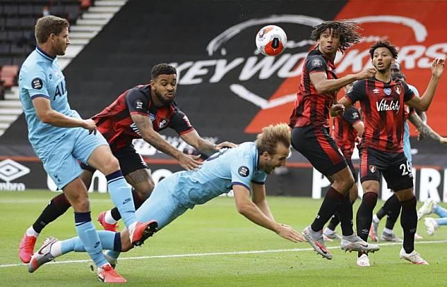Pemain Bournemouth Joshua (kedua kiri) mendorong penyerang Tottenham Hotspur Harry Kane (tengah). Liga Primer mengakui Tottenham harusnya mendapatkan penalti pada laga lawan Bournemouth.
