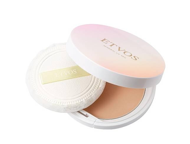 ETVOS舞伶礦物防曬蜜粉餅能阻隔長波UVA、藍光及近距離紅外線。含兩種補濕成分,柔焦的質感有助修飾毛孔及吸附油脂。(互聯網)