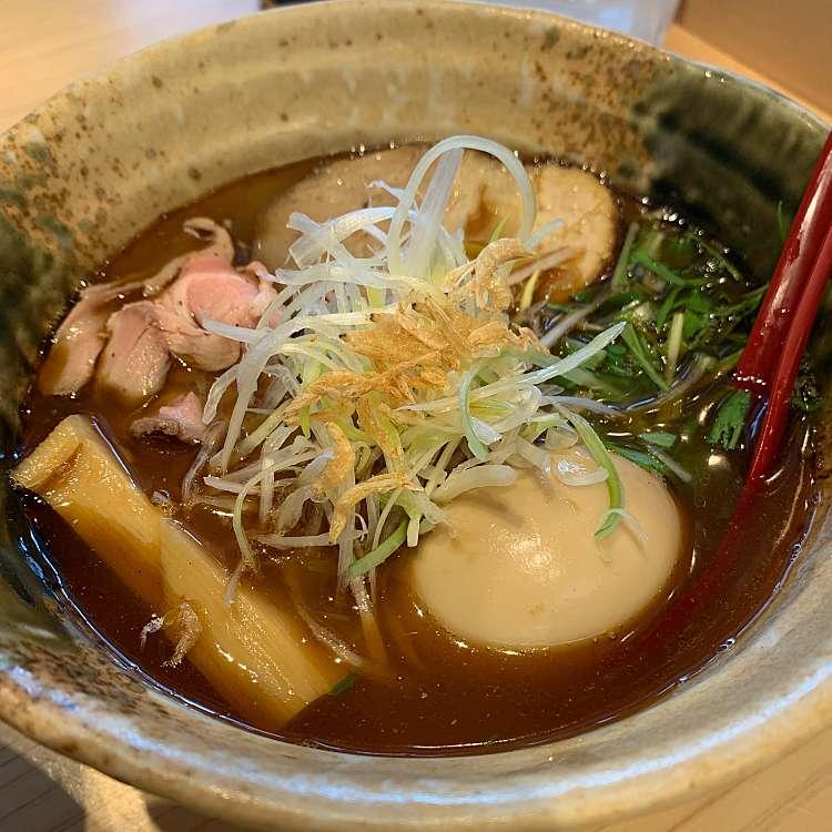 新宿区周辺で多くのユーザーに人気が高い醤油ラーメン焼きあご塩らー麺 たかはし 新宿本店の味玉入り 焼きあご塩らー麺の写真