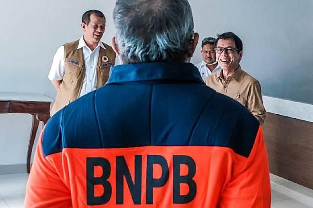Menparekraf Wishnutama secara simbolik menyerahkan fasilitas akomodasi dan transportasi kepada BNPB yang ditunjuk sebagai gugus tugas pencegahan wabah virus corona oleh pemerintah pada Sabtu, 28 Maret 2020.