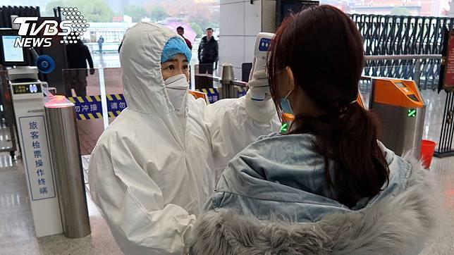 大陸境內武漢肺炎疫情嚴重,部分大眾運輸實施量體溫檢查。(圖/達志影像路透社)