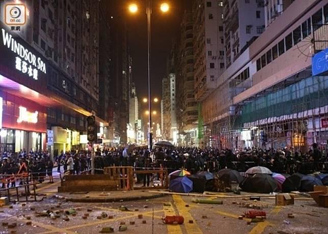 示威者當日在多區堵路。