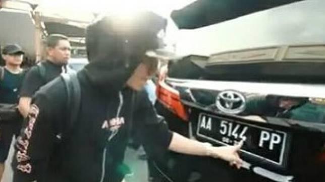 Pelat Nomor Mobil Toyota Alphard Milk Atta Halilintar. (Facebook)