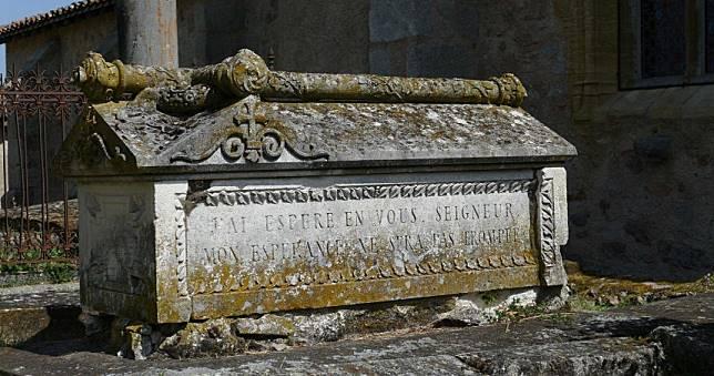 開箱埃及「千年石棺」 3人骨浸紅色屍水萬人請願「試喝」