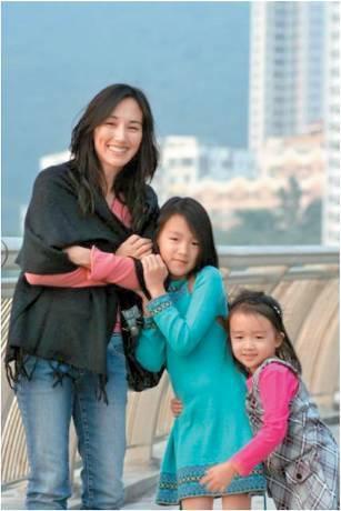 柏安妮於婚後誕下兩名女兒,如今大女(中)和幼女(右)分別19歲及16歲。