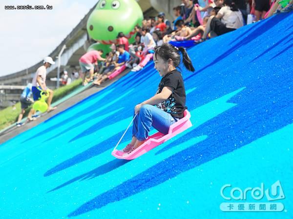 大都會公園滑草場正式啟用,高7公尺享受乘風而下的刺激感,是小孩放電好去處(圖/新北市政府 提供)