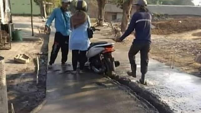 Pengendara Honda PCX terobos jalan beton basah. (Facebook/Nao)