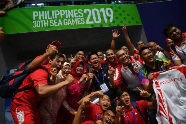 Ketua Umum Komite Olimpiade Indonesia Raja Sapta Oktohari (tengah) bersama Timnas polo air putra melakukan selebrasi.