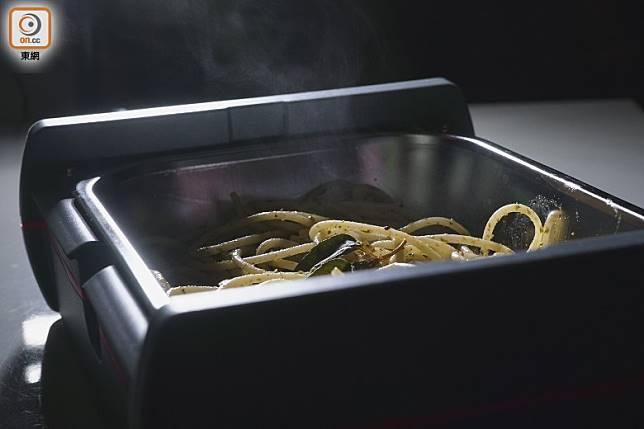 意粉加熱後約68度,開蓋時食物噴煙。(莫文俊攝)