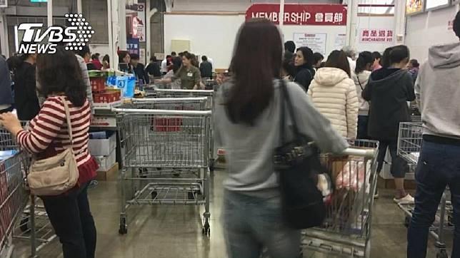 許多人去消費購物時,最後都要排隊結帳。(示意圖/TVBS)