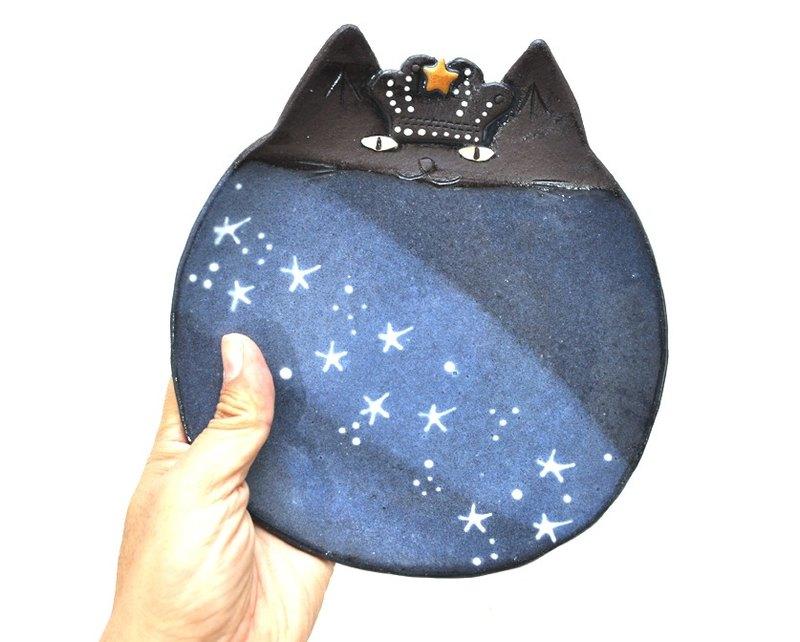 國王版的大型貓碟。 任何食物都很可愛,很時尚。