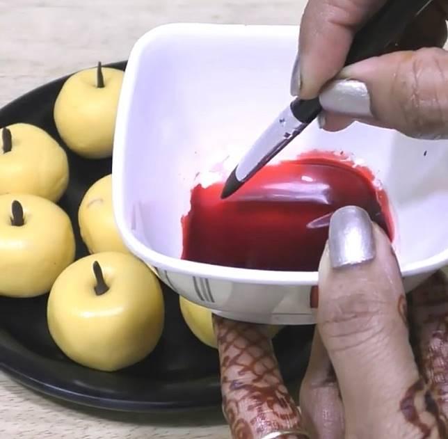塗上紅色食用色素即成。(互聯網)