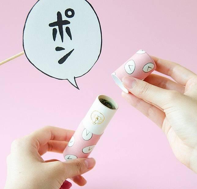 打開紙筒蓋時更會發出「PON」一聲,筒內還有可愛的多啦A夢燙金插畫。(互聯網)