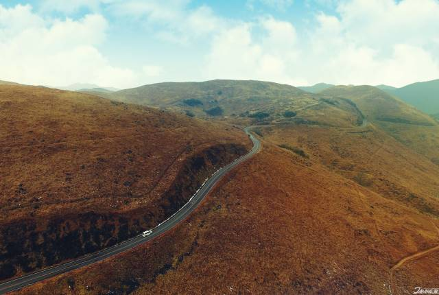 <p><b>秋天廣闊的石灰岩台地,有種荒涼壯闊的美感。</b></p>