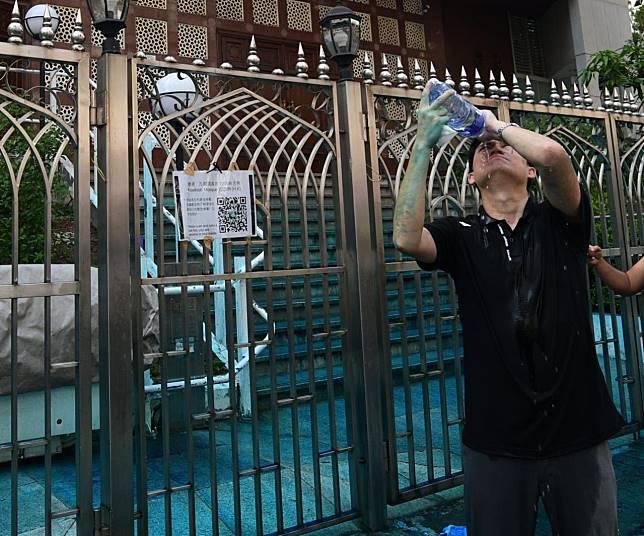 立法會議員譚文豪等多人亦被噴中。