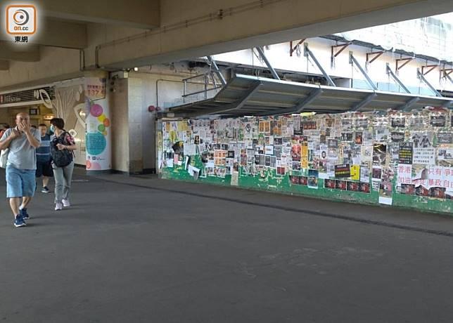 沙田火車站外仍然貼滿市民表達心聲的便利貼。(陳賜慧攝)