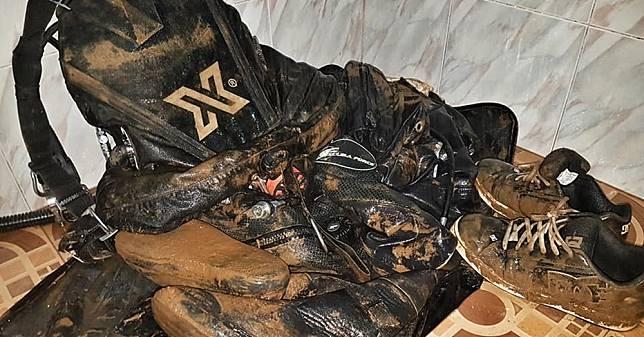 นักดำน้ำฟินแลนด์ เผยสภาพชุดดำน้ำเปรอะโคลนหลังจบภารกิจถ้ำหลวง