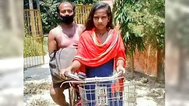 印度1名15歲少女騎著自行車載著父親回到家鄉。(圖/翻攝自推特)