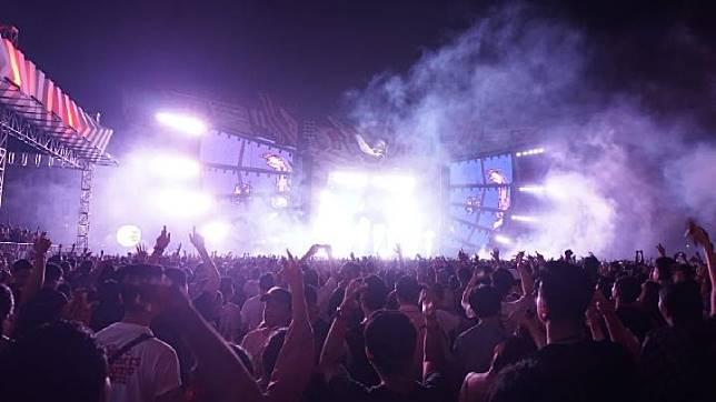 Penonton mengangkat tangan saat Martin Garrix tampil di festival musik Djakarta Warehouse Project atau DWP 2019, Jumat, 13 Desember 2019. TEMPO   Bernadus Guntur