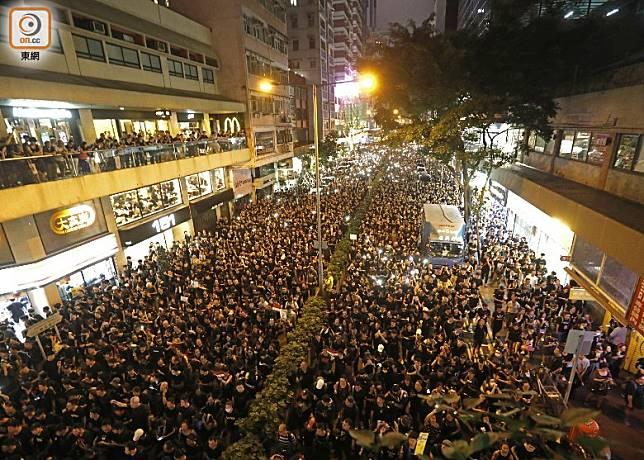 昨亦有大批市民遊行反對修例。
