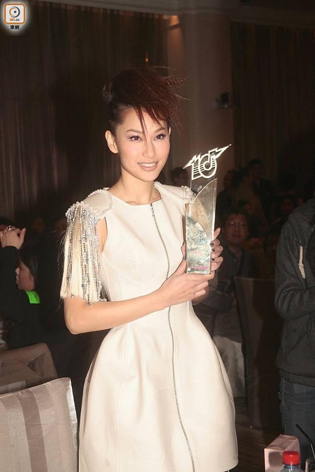 2009年橫掃四大音樂頒獎禮中新人獎。