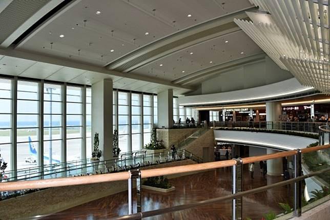 那霸機場今日的「際內連結航廈」正式使用,並設有商店和食肆。(互聯網)