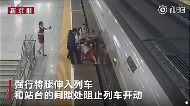 大陸一名女子遲到沒趕上高鐵,不但硬闖還把腳伸入月台和列車的縫隙企圖阻擋發車。(圖/翻攝自微博)