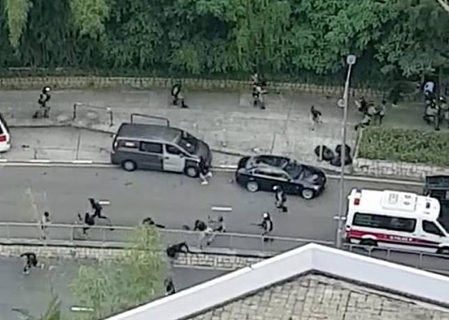 防暴警落車追捕黑衣人。(互聯網)