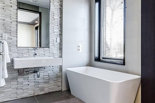 ▲一名男子最近想在新北林口買房,但是不論怎麼找,都只有其中一套衛浴有對外窗戶。(示意圖,非文中情境/取自 Unsplash )