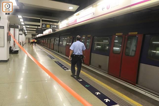 涉事列車停在月台。(梁裔楠攝)