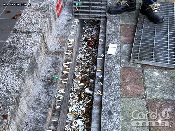 亂丟菸蒂以餐廳外的人行道、便利商店門口騎樓最多,而水溝更常堆積阻塞下水道(圖/新北市政府 提供)