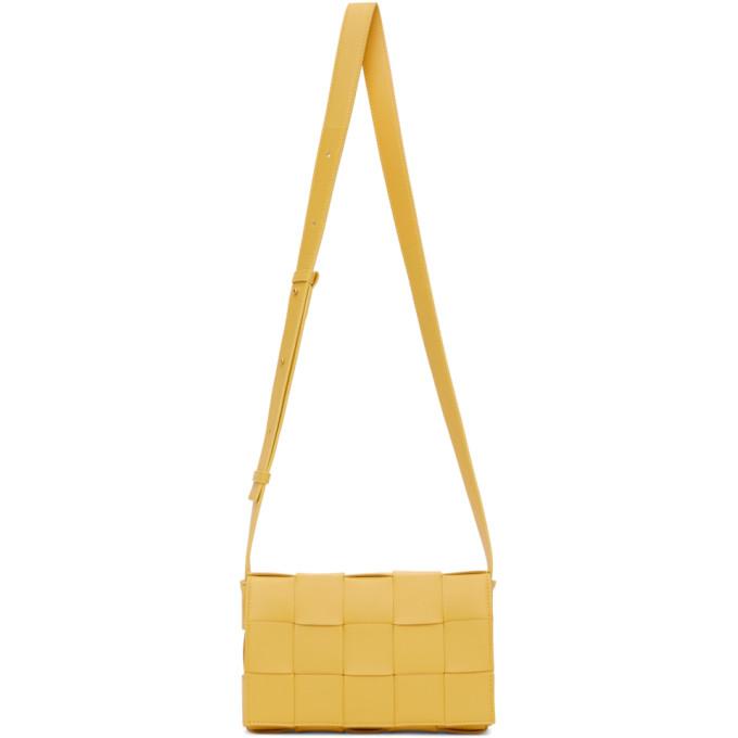 黄色邮差包,采用纳帕小羊皮面料 Intrecciato 编织设计。· 可调节式针扣肩带· 磁吸折叠盖· 无衬里,内附拉链袋和徽标压花· 金色五金· 供应商配色:长 23cm x 高 15cm x 宽