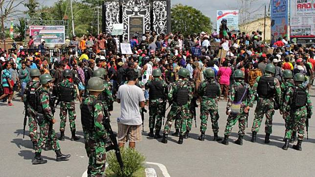 Papua protesters demonstrate with escort from TNI soldiers at the Timika Indah Roundabout, Mimika, Papua, Wednesday, August 21, 2019. Media estimated thousands of people were involved in the protest, though Dedi Prasetyo, spokesman for Indonesia's national police, said only 50 people had taken part in setting fire to several stalls in the market. The situation had been contained, Prasetyo said, without elaborating. ANTARA FOTO/Jeremias Rahadat