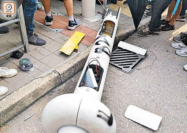 示威者用電鋸鋸斷及拆毀智慧燈柱。(葉家亨攝)
