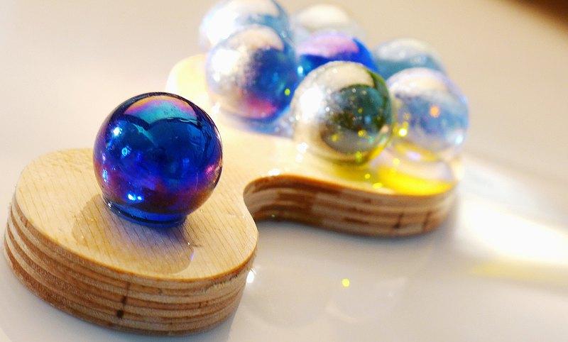 兼具鎮紙與按摩小物 似藍莓糖汁cookie,將夢幻藍珠經由環氧樹酯崁固在樺木造型板上