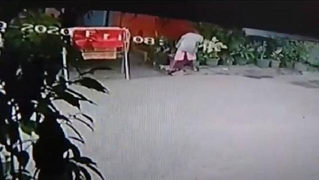 Tangkapan layar bocah laki-laki saat memantau rumah warga di Medan sebelum masuk dan mengambil HP serta uang. (Foto: iNews/Yudha Bahar)