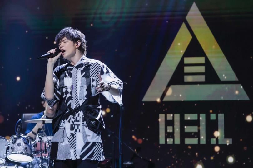 八三夭在演唱會上帶來〈想見你想見你想見你〉等 12 首歌曲 誠意滿滿。(圖/KKLIVE提供)