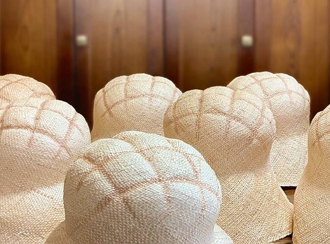 菠蘿包造型的帽子選用百搭的米色為主調,可配襯不同衣飾。 (互聯網)