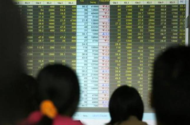 Investors look at an electronic board at Vietnam's Agribank securities company in Hanoi on Feb. 26, 2008.