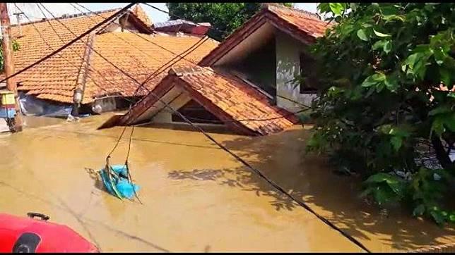 Floods hit residential areas in Pejaten Timur subdistrict in Pasar Minggu, South Jakarta, on April 26.