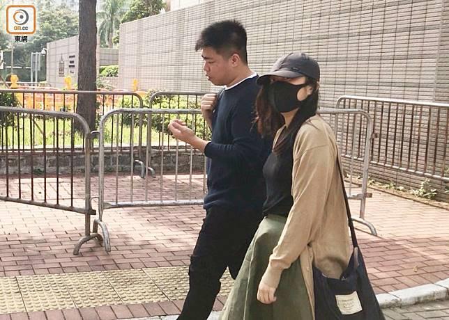 葉嘉渝(右)向港鐵申索2500港元賠償以支付她心理輔導的費用。(梁柱鍇攝)