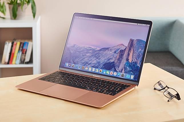 Apple mengimbau pengguna MacBook untuk tidak menutup perangkat saat aksesori penutup kamera terpasang.