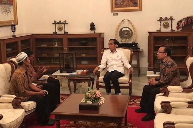 Presiden Joko Widodo di Istana Merdeka Jakarta, Jumat menerima dua pedagang kelontong yang menjadi korban rusuh 22 Mei 2019 lalu.