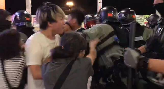 防暴警察與人群爆發肢體衝突。網上截圖