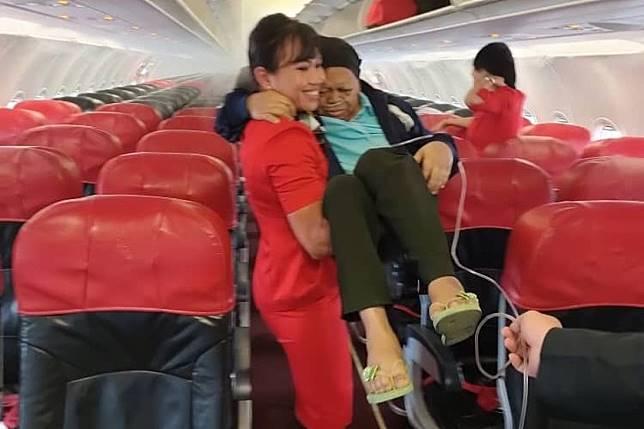 ▲亞航地勤 Tina 熱心協助插著鼻胃管的乘客下機。(圖/翻攝  tonyfernandes IG)
