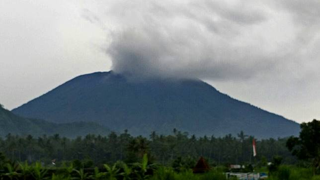 Gunung Agung Kembali Meletus,  Mengeluarkan Asap Tebal Setinggi 700 Meter