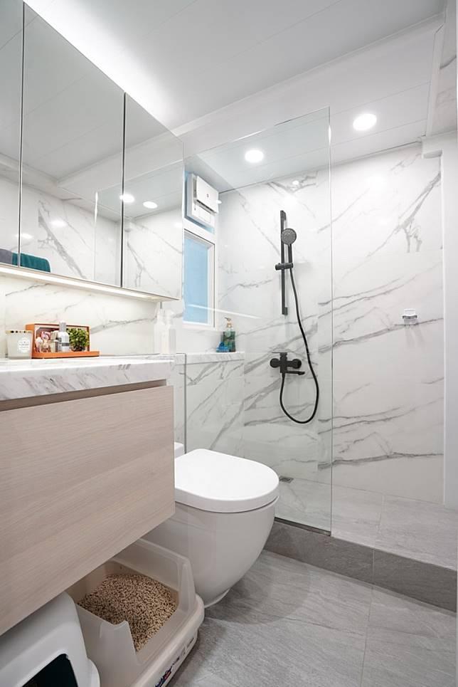 浴室添加了女戶主公幹時所入住的酒店設計元素,用上大量雲石磚、選用半玻璃浴屏等,貴氣之餘又可配襯家居的時尚感。(受訪者提供)