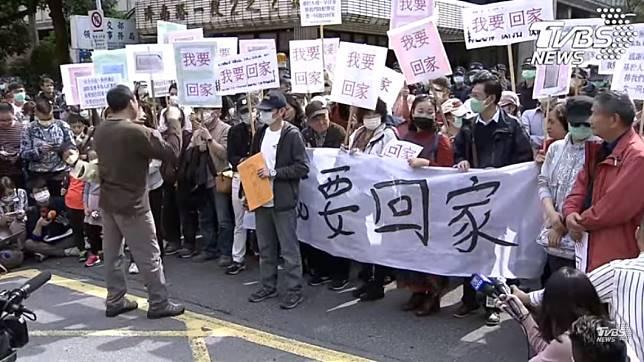 (滯留湖北台人家屬齊聚在陸委會前陳情。圖/TVBS)